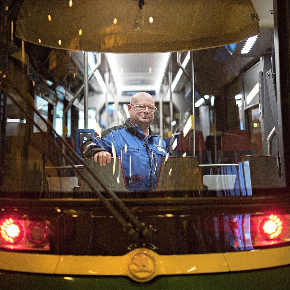 REPORTAASI: Raitiovaunu Tampereelle lähtee Kajaanista – ratikka on millintarkka paketti
