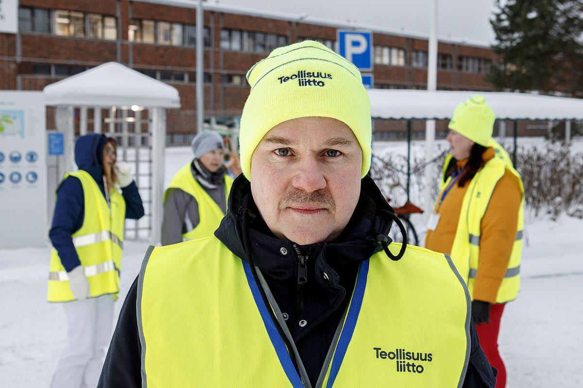 """LAKOSSA 27.1.–16.2. Jyväskylän UPM Plywoodilla: """"Isä, miksei työnantaja suostu maksamaan riittävästi palkkaa?"""""""