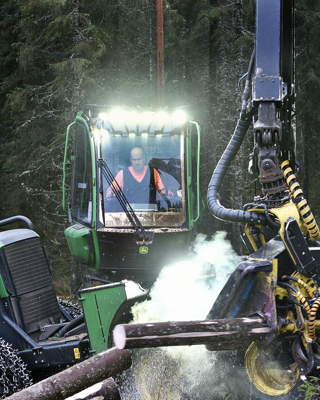 REPORTAASI: Hämeenlinnan Metsäkonepalvelulla on tuliterät koneet ja uutta oppivat miehet