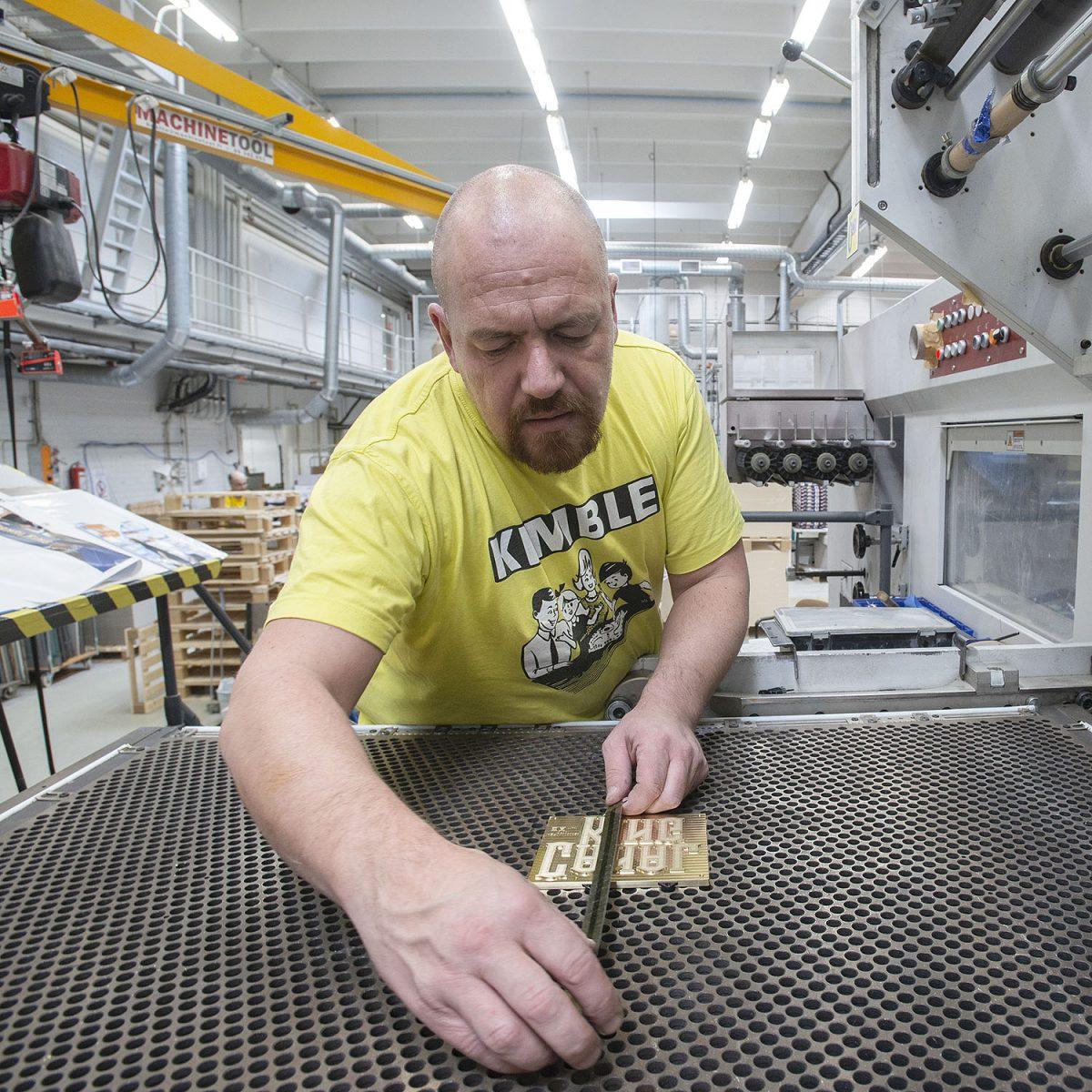 REPORTAASI: Kimblen kotipesässä: Porin Tactic Games on pohjoismaiden ainoa iso lautapelivalmistaja – vienti vetää ja töitä piisaa