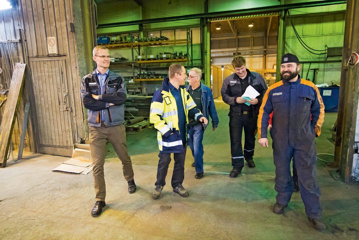 Työympäristöpäivänä Someron Kart Oy:ssä vuonna 2017 liiton työympäristöasiantuntija Mika Poikolaisen (toinen vasemmalta) seurassa Sakari Vuorensola, Harri Kurttila, Ville Laaksonen ja Jami Kasurinen.