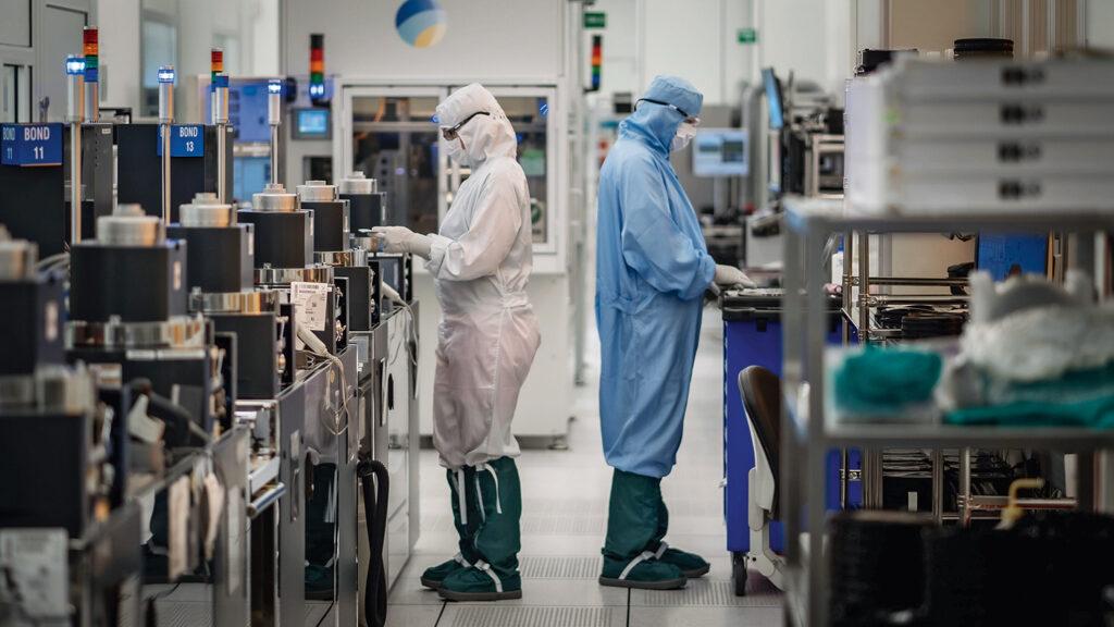 Muratan tuotanto tapahtuu puhdastiloissa, joissa pienetkin epäpuhtaudet olisivat ongelma.