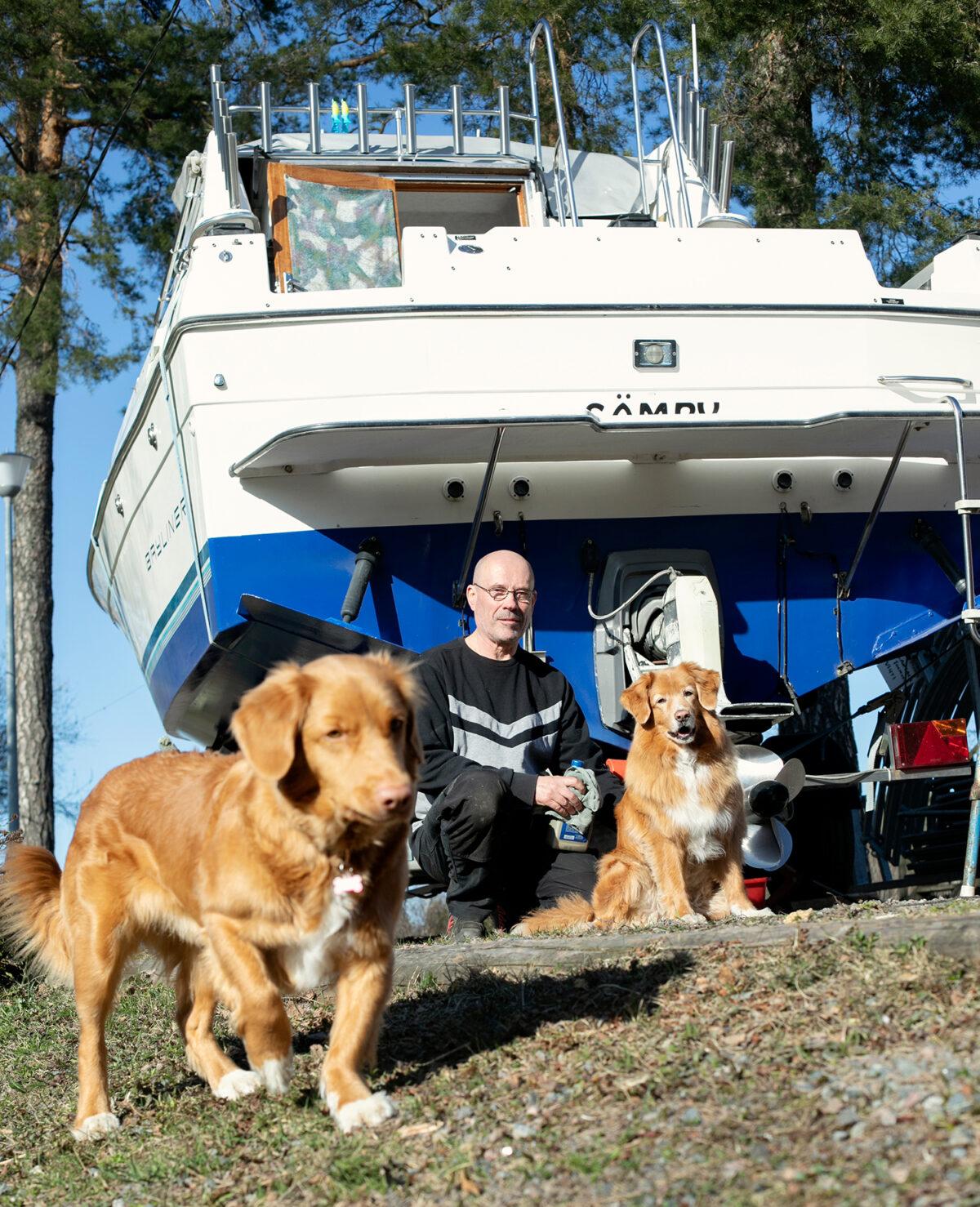 Hannu Santala viettää kesälomansa matkaveneessä Saimaalla.