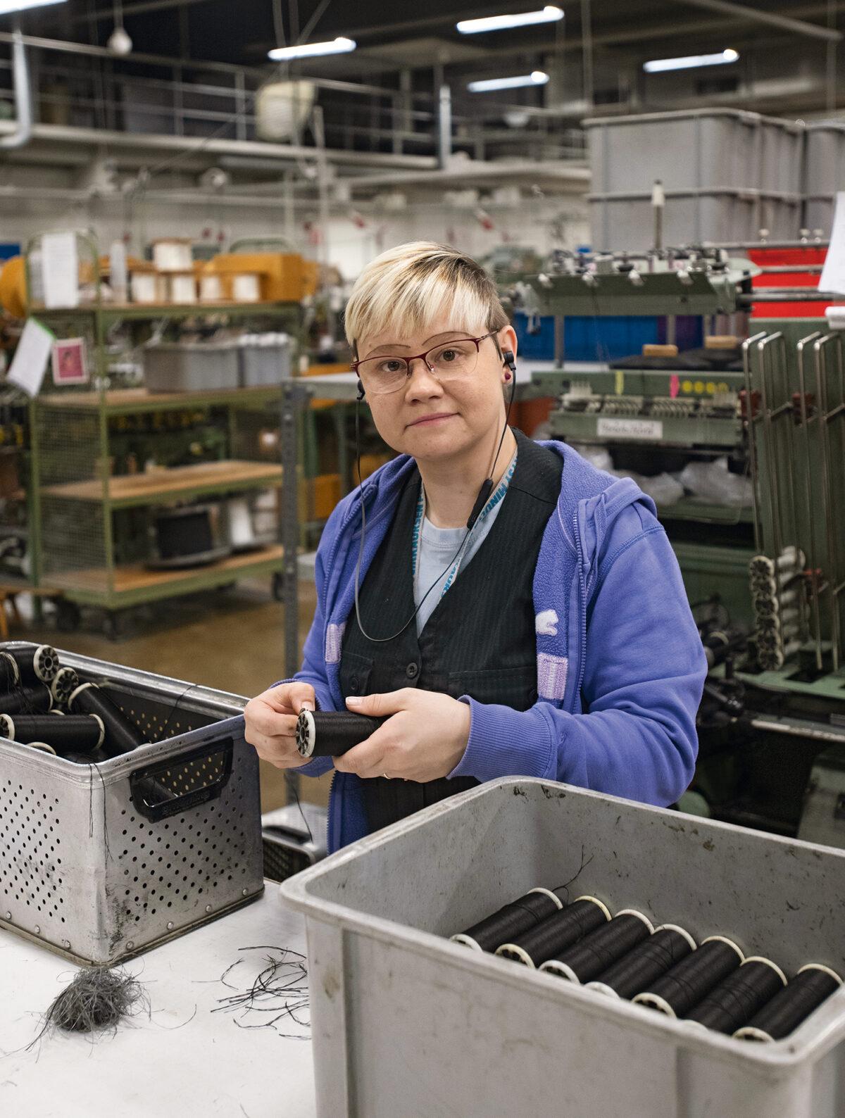 Pääluottamusmies Heli Virolainen on nauhanvalmistaja toisessa polvessa. Hänen äitinsä Anja Luoma työskentelee myös Inkan punomossa.