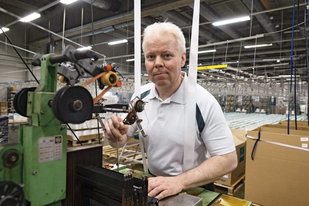 """""""Kaikki päivät ovat erilaisia, ja se tuo virtaa tekemiseen"""", sanoo työsuojeluvaltuutettu Tommi Hannukka."""