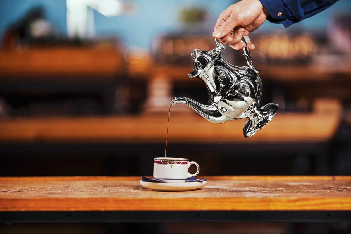 TAIDONNÄYTE: Näin syntyy Julia-kannu, josta kaadetaan kahvia presidentinlinnassa