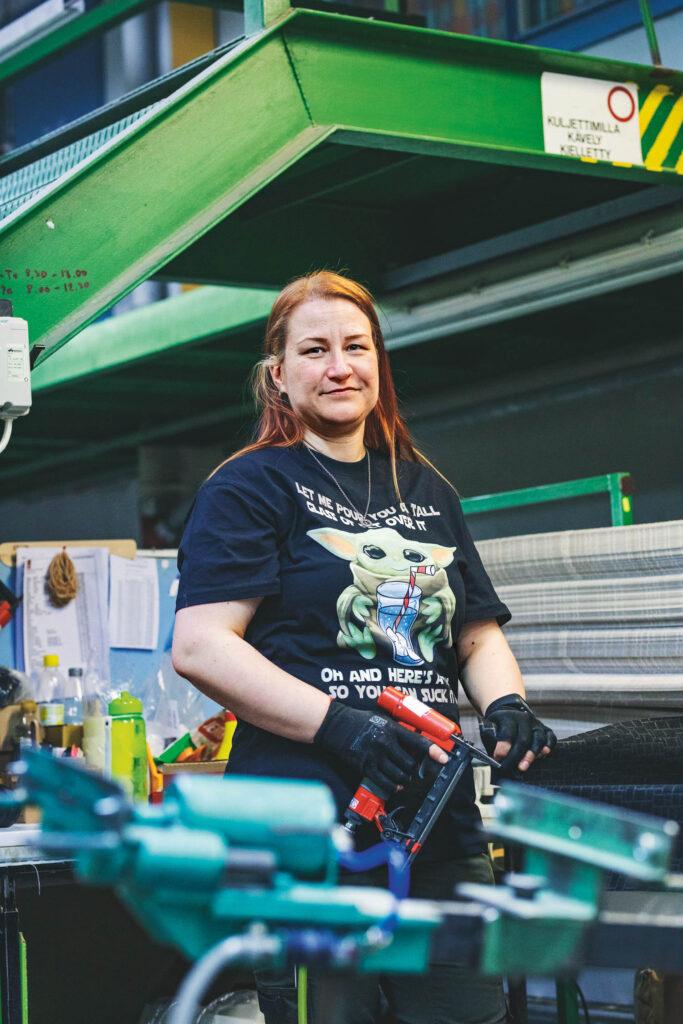 Pääluottamusmies Saija Suonio kertoo, että sohvaa verhoillessa saattaa tulla kuvitelleeksi, millaiseen kotiin tuote on menossa.