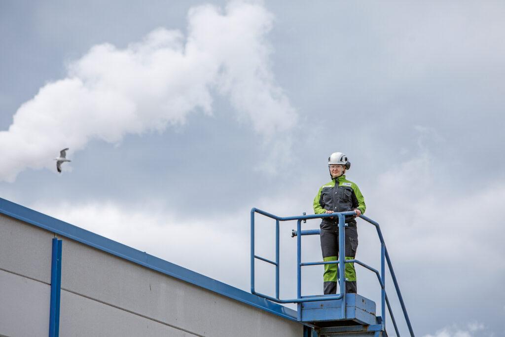 Sini Kautto työskentelee toista kesää Suolahden havuvaneritehtaalla.