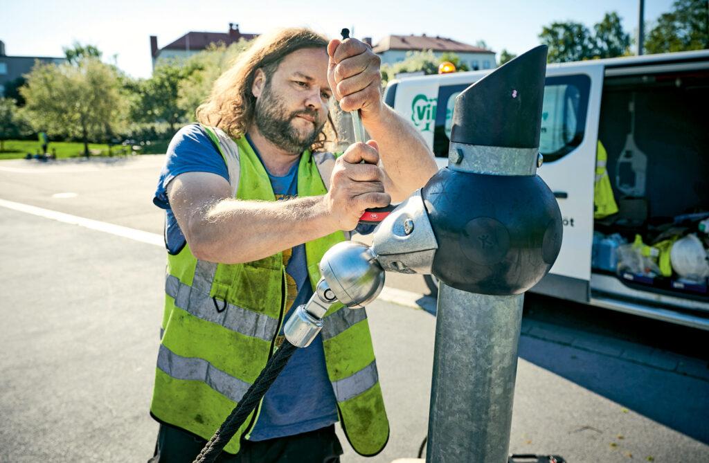 Leikkipuistojen laitteiden tarkastukset ja huollot kuuluvat Jussi Nymanin työnkuvaan.