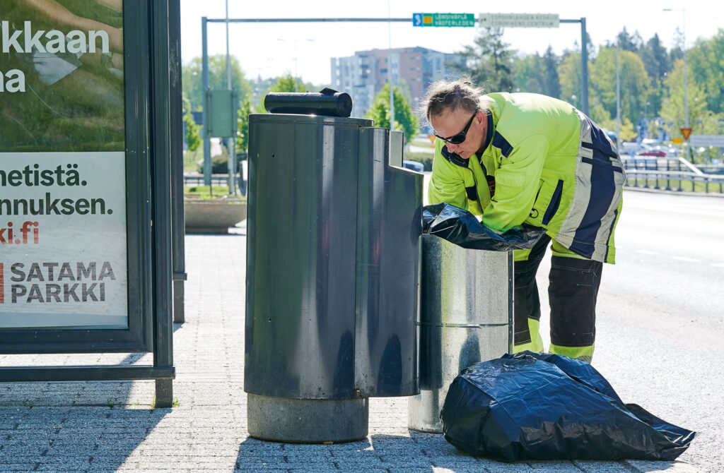 Jaana Holm kertoo, että roskikset täyttyvät entistä nopeammin korona-aikana.