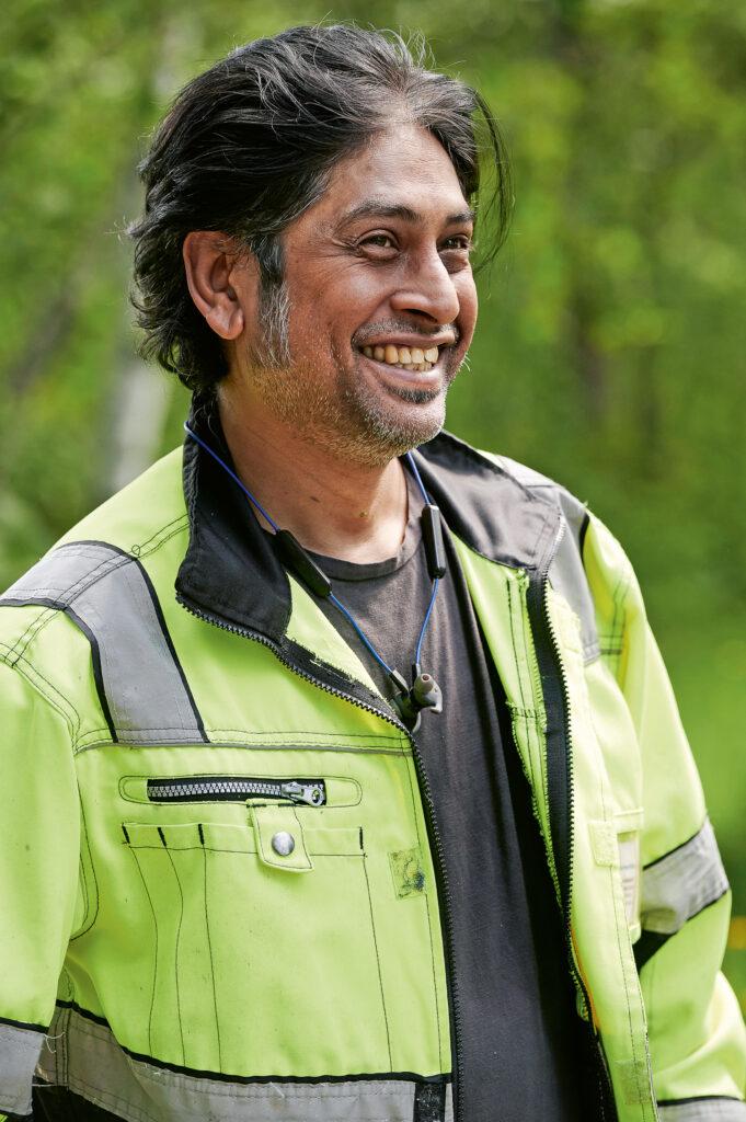 Deenesh Ramsahye teki 20 vuotta toimistotöitä Isossa-Britanniassa ennen Suomeen tuloa. Nykyisin hän opiskelee logistiikkaa.