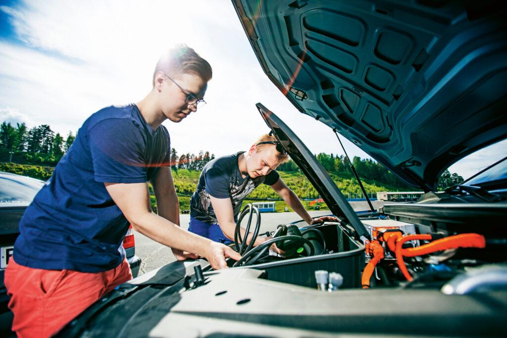 Sähköauton konepellin alla ei ole konetta, vaan lähinnä pieni tavaratila latauskaapeleille.