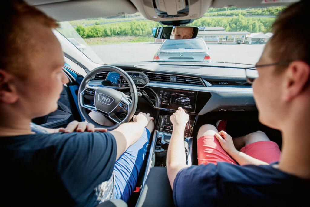 Janne Cederlundia ja Atte Kaartosalmea miellytti sähköauton pehmeä kulku niin tiellä kuin mukulakivikaduilla.