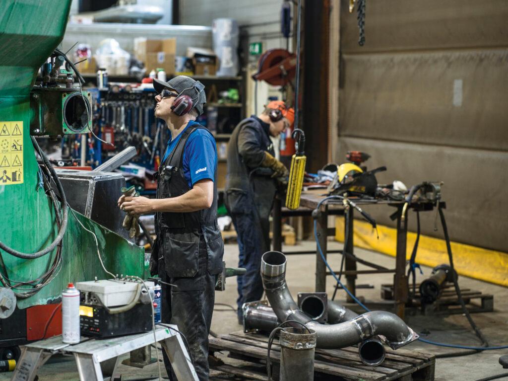 Tero Kumpumäki ja Aatu Ristimaa korjaavat lietevaunua.