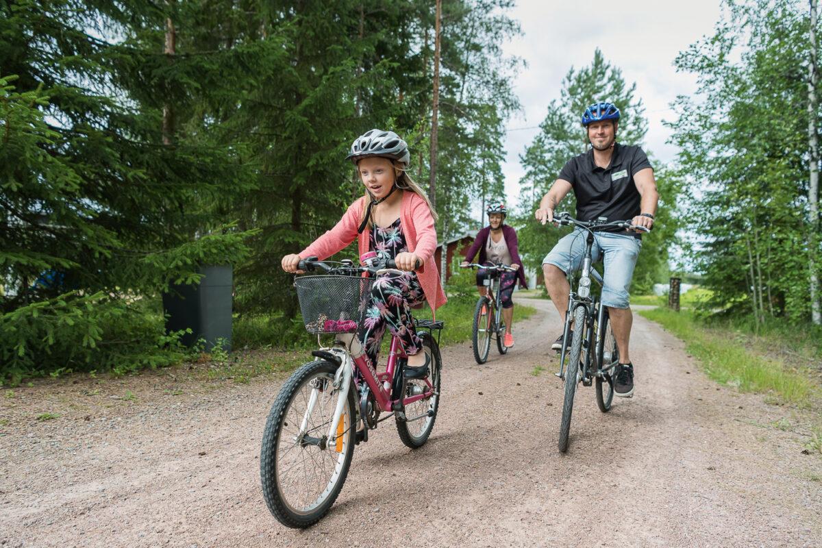 PHT:n perhekurssille osallistuneille Koivuniemille pyöräily on mieluisa liikkumistapa.