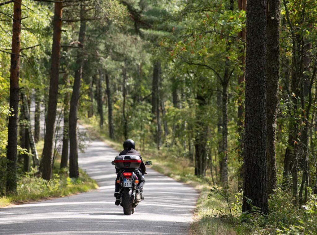 Moottoripyörä ja tie antavat Sari Raitavuolle vapaudentunteen.
